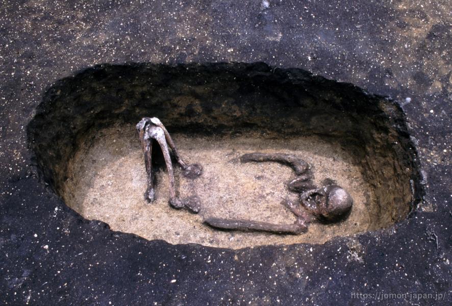 是川石器時代遺跡 土坑墓と赤染人骨