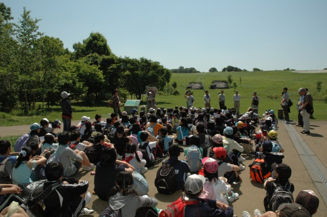 Kitakogane Shell Midden crowded with students on a field trip