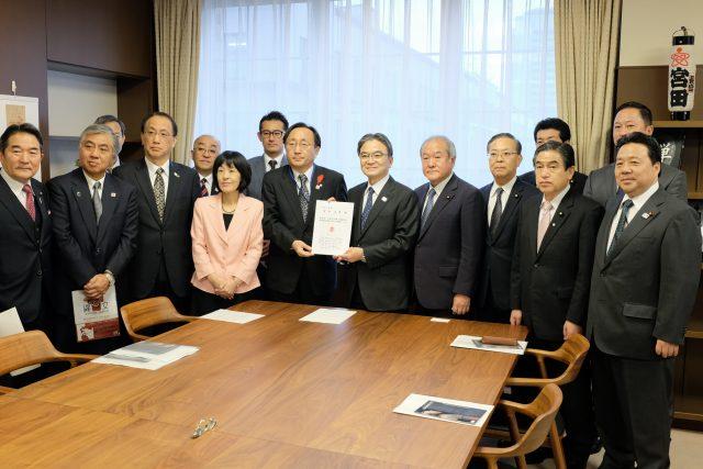 宮田文化庁長官への要望活動の様子