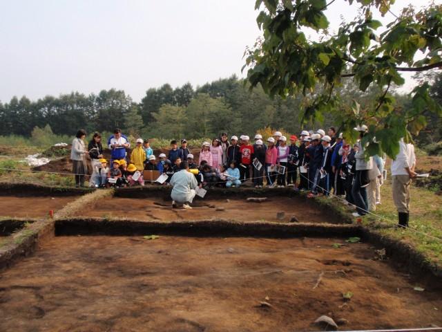 発掘現場を見学する地元の小学生