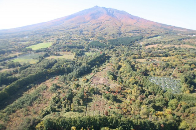 岩木山と大森勝山遺跡全景