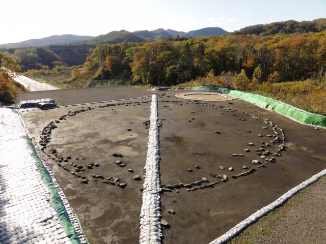 環状列石全景(2011年高速道路開通前)