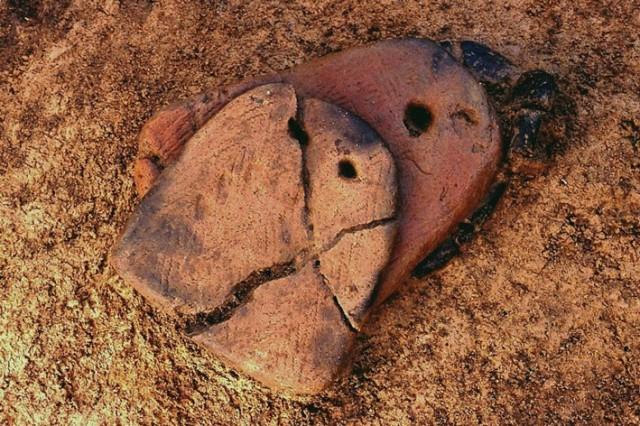 垣ノ島遺跡早期後半足形付土版出土状況
