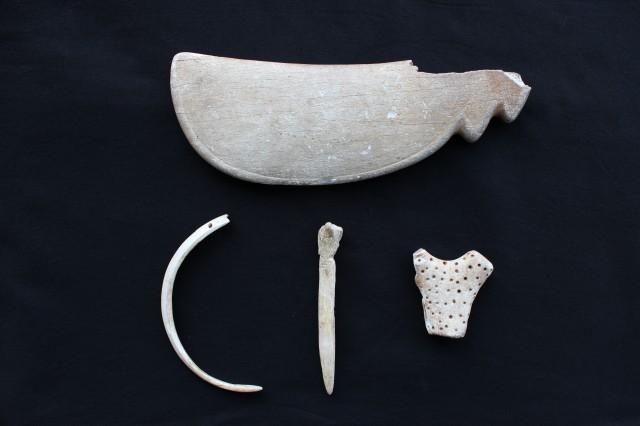 鯨骨製青竜刀形骨器 外 (県重宝4点)