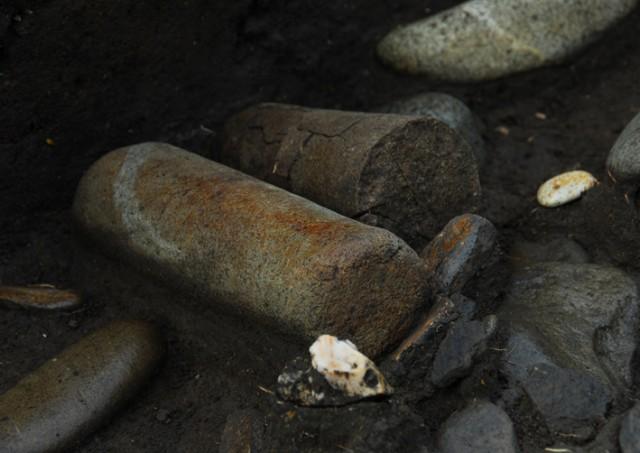 垣ノ島遺跡盛土遺構削平部小丘地点の石棒出土状況