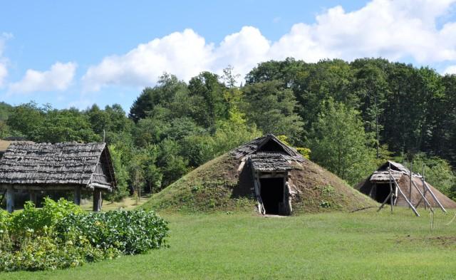 御所野遺跡 東ムラの復元土屋根建物