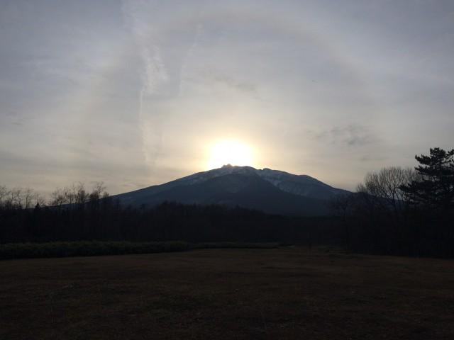 冬至の岩木山山頂に沈む夕日